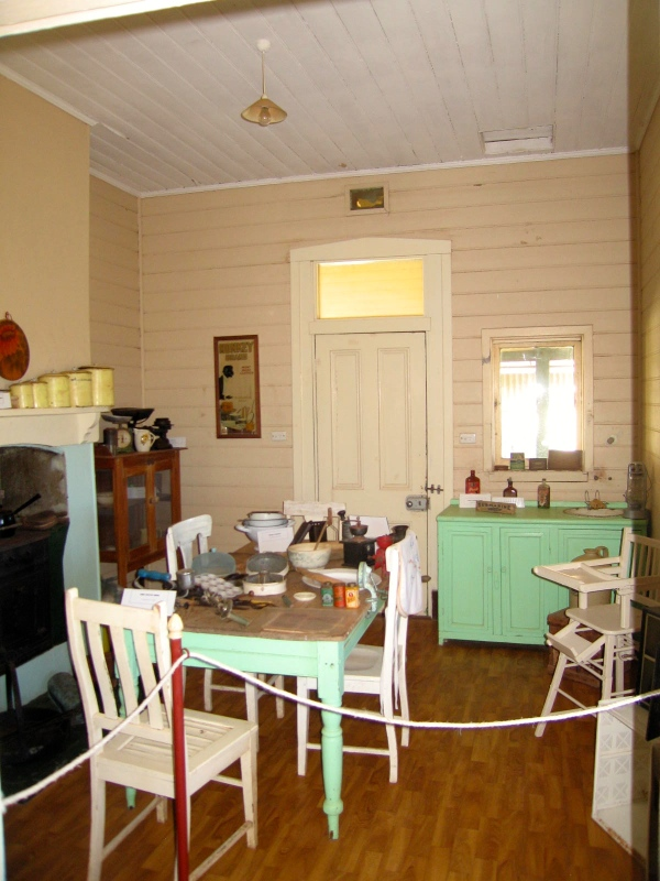 CARNARVON LIGHTHOUSE COTTAGE DINING ROOM