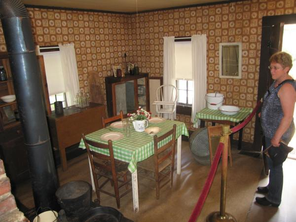 ELVIS BOYHOOD HOME KITCHEN