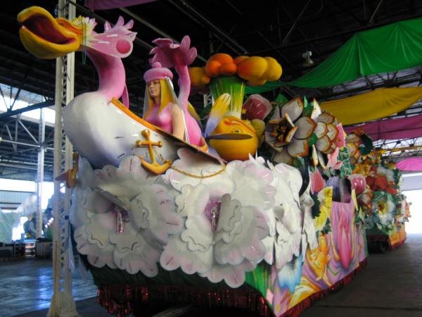 MARDI GRAS WORLD  -  FLOATS