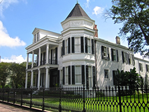 GARDEN DISTRICT, NEW ORLEANS - DAVIS HOUSE (SIDE VIEW)