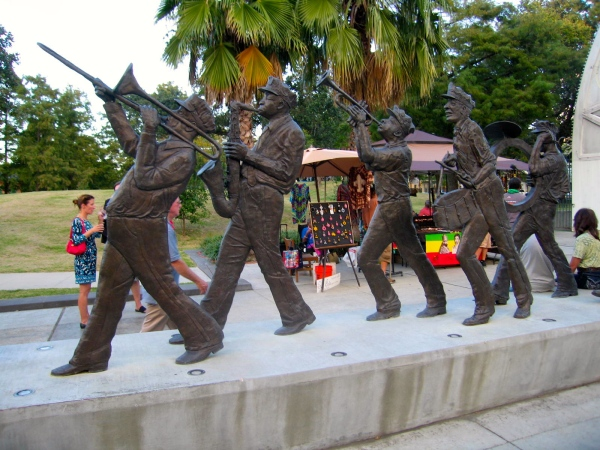 LOUIS ARMSTRONG PARK   -  STATUE OF MARCHING BAND