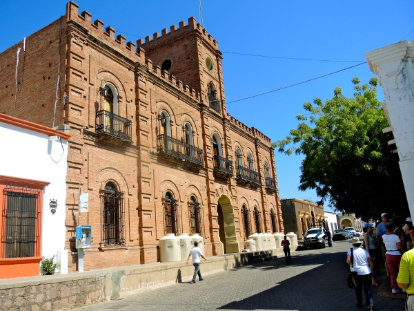 ALAMOS PALACIO MUNICIPAL -  This busy building has a large open courtyard and stage that are used for public political and cultural events. Theater presentations, dances and concerts are common.