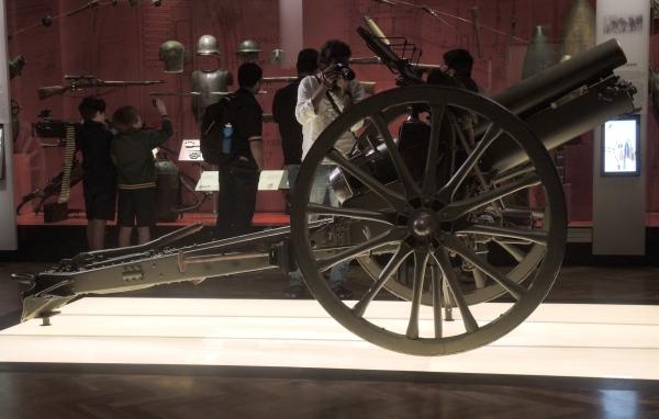 A 77 MM GUN ON DISPLAY
