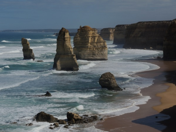 THE TWELVE APOSTLES LOOKING WEST FROM THE VIEWING PLATFORM