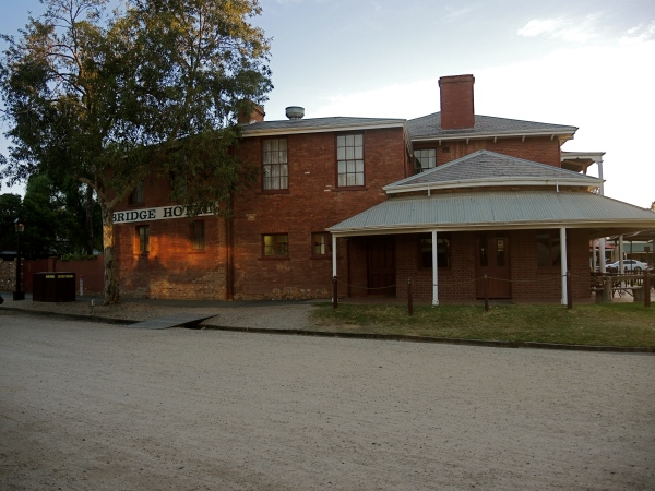 BRIDGE HOTEL   -   OLDEST HOTEL IN ECHUCA