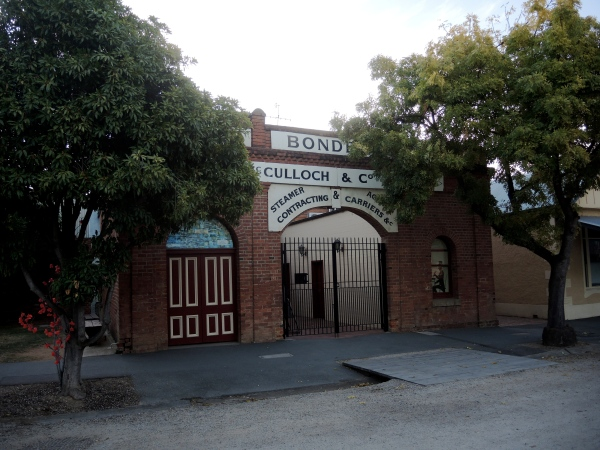 THE MCCULLOCH BUILDING   -  The McCulloch building in the Historical Precinct well illustrates the change in Echuca's economy. William McCulloch and Company was a transport firm which owned five paddle-steamers and was agent for about ten more. These steamers carried wool to Echuca which was then sent to Melbourne by train and by sea to the London sales. McCulloch was the largest transport company in Australia and had twenty branch offices throughout Victoria, South Australian and the Riverina; this one in Echuca was the largest. Now this former wool transport company office is a restaurant serving tourists.